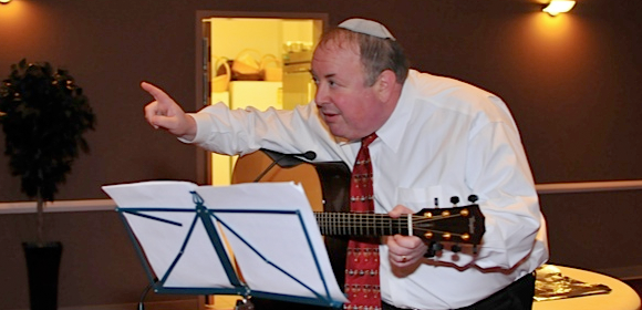Rabbi-Sendrow-and-Guitar